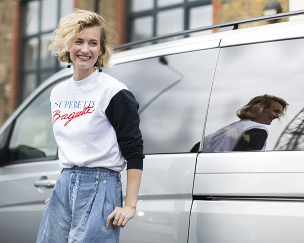 As camisetas com frases ou palavras são o novo básico da moda (Foto: Imaxtree)