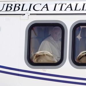 Papa Francisco dentro do avião a caminho do Rio de Janeiro (Foto: AP Photo/Riccardo De Luca)
