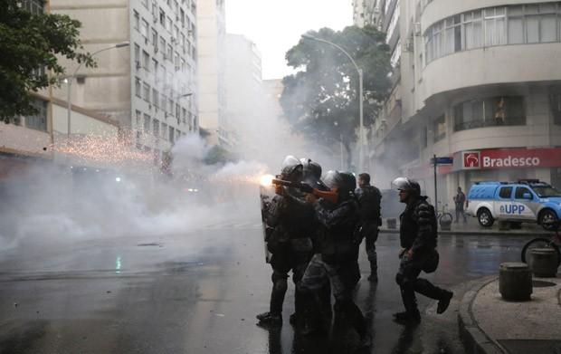 Polícia dispara bombas para disperar a multidão durante confronto no Rio após protesto (Foto: Ricardo Moraes/Reuters)