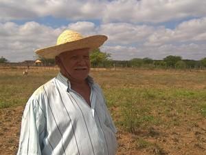 O agricultor Joaquim Manoel teve que concluir o poço no sítio dele, em Ouro Velho, utilizando recursos próprios (Foto: Diogo Almeida/G1)