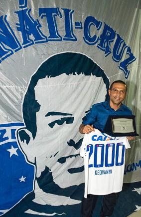 Geovanni é homenageado com bandeira por torcida organizada do Cruzeiro (Foto: Rafael Pena / FanatiCruz)