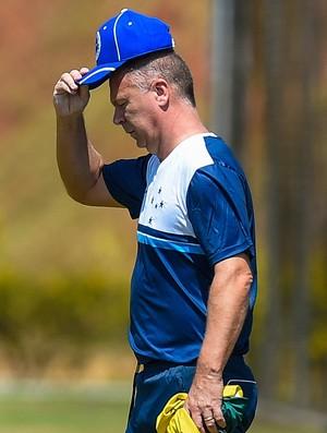Técnico Mano Menezes durante treino na Toca da Raposa II (Foto: Pedro Vilela/LightPress/Cruzeiro)
