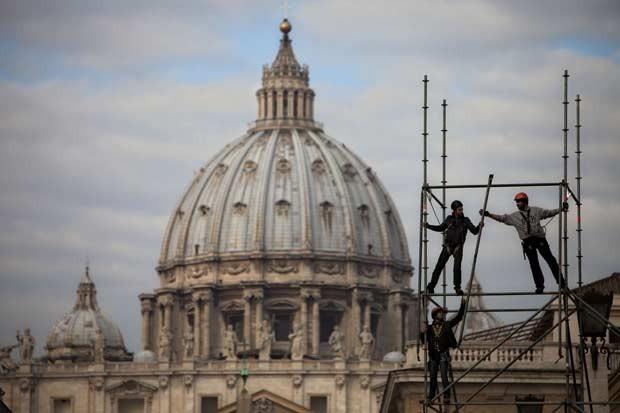 Trabalhadores preparam nesta terça-feira (26) o palco da última audiência pública do Papa Bento XVI, que será quarta, na Praça de São Pedro, no Vaticano (Foto: AFP)