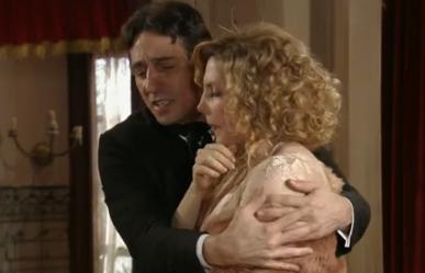 """Frederico abraça Diva em """"Lado a lado"""" (Foto: Reprodução)"""