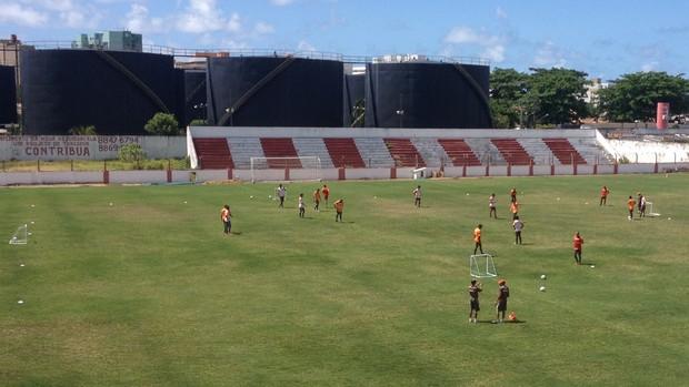 Roberval promoveu treino de posse de bola nesta quarta (2) (Foto: Henrique Pereira/ Globoesporte.com)