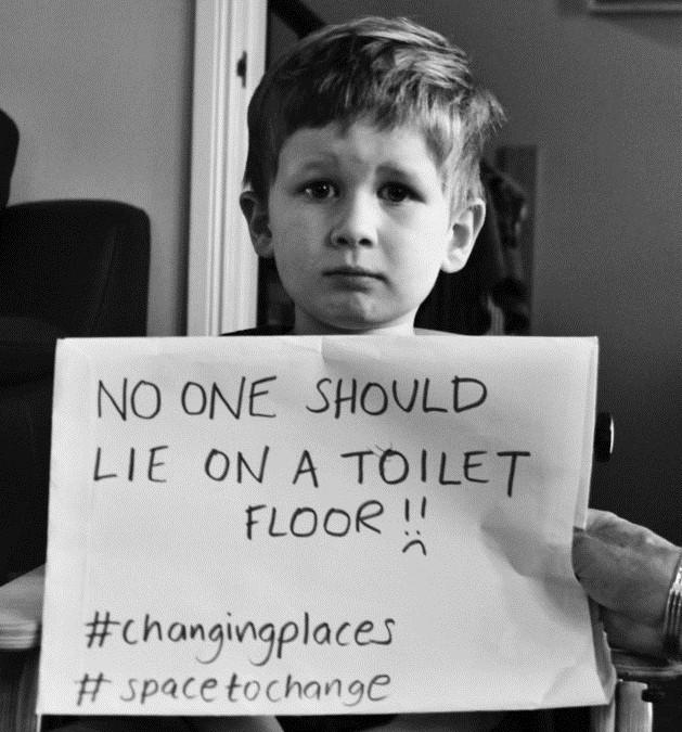 Ninguém deveria ter que se deitar no chão do banheiro! #lugaresparatroca #espaçoparatroca (Foto: Reprodução)