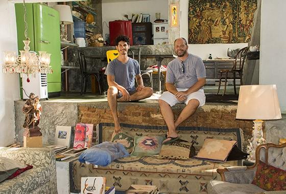 Os arquitetos Ricardo Cintra e Leandro Ribas no salão principal da Hospedaria Santa Bárbara  (Foto: © Haroldo Castro/Época)