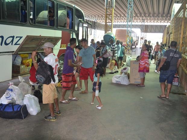 Passageiros embarcando em ônibus no Terminal Rodoviário de Macapá (Foto: John Pacheco/G1)