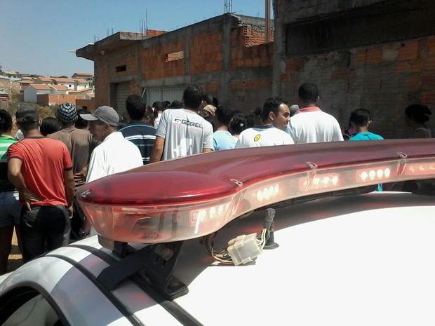 Homicídio aconteceu na manhã deste sábado no bairro Cristo Rei, em Montes Claros. (Foto: Raphael Bicalho / TV Geraes)