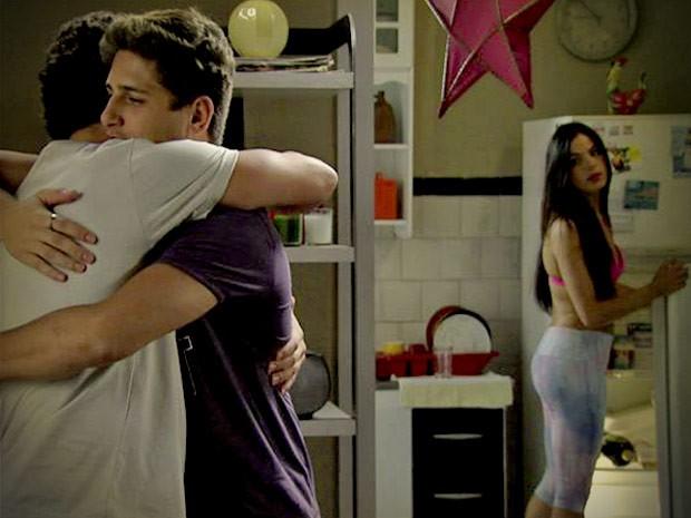 Roni e Leandro se abraçam enquanto Suelen observa, enciumada (Foto: Avenida Brasil / TV Globo)