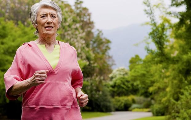 EU ATLETA idosa caminhando (Foto: Agência Getty Images)