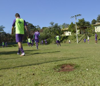 Jogadores do Guarani treinam em sítio particular (Foto: Vinícius Bueno)