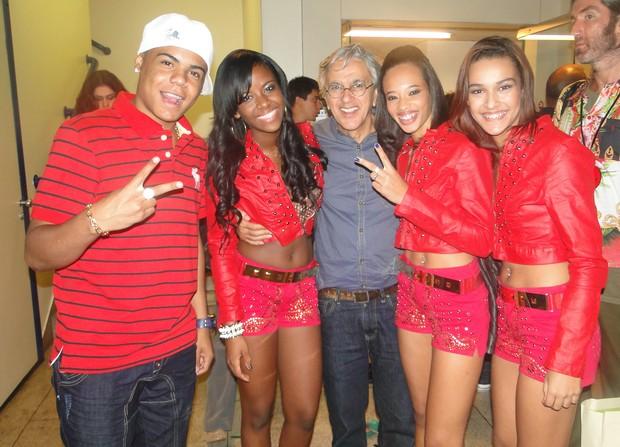 Caetano Veloso posa com o grupo MC Gutty e as Maravilhas (Foto: Twitter / Reprodução)
