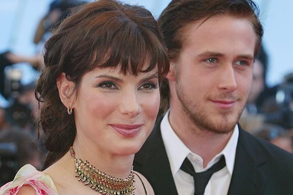 Sandra Bullock e Ryan Gosling se conheceram em 2001, durante as gravações de 'Cálculo Mortal' e adivinha só? Apaixonaram-se. O casal, cujas idades têm uma variação de dezessete anos, ficou junto por apenas um ano. (Foto: Getty Images)