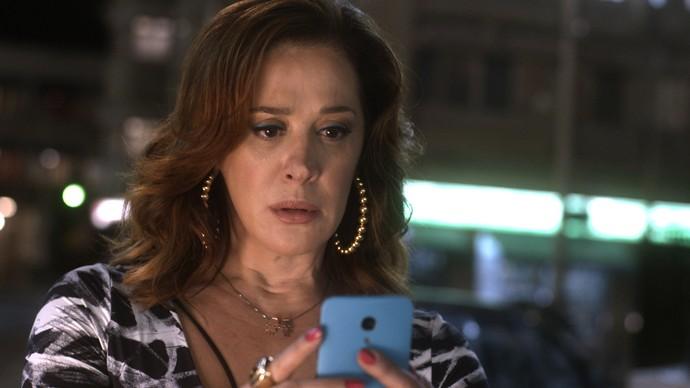 Salete recebe de Aline uma foto de Gustavo (Foto: TV Globo)