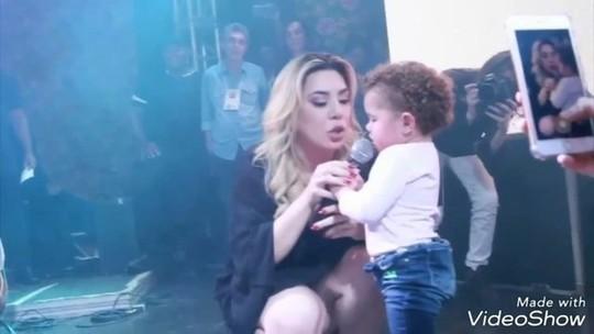 """Bebê rouba cena no show de Naiara Azevedo em Uberlândia e cantora comenta: """"É uma artista"""""""