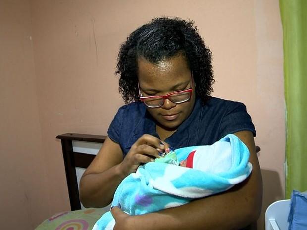 Após o nascimento do bebê, mãe diz que acredita em milagres (Foto: Reprodução/ TV Gazeta)