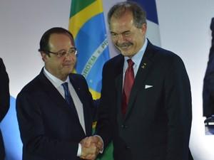 O ministro da Educação, Aloizio Mercadante, e o presidente da França, François Hollande, em evento sobre intercâmbio (Foto: José Cruz/ABr)