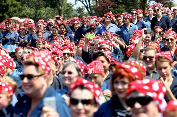 Por recorde, centenas se fantasiam de 'Rosie, a rebitadeira' nos EUA (Foto: Anda Chu/The Contra Costa Times/AP)
