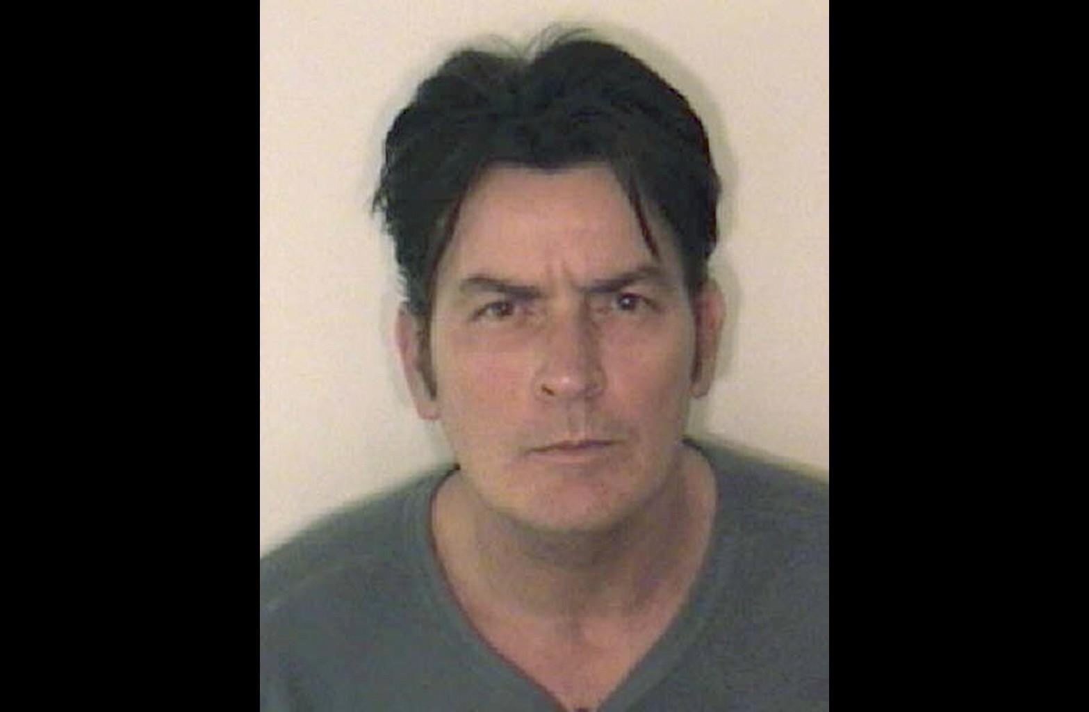Charlie Sheen durante a vida. Da última vez, foi preso por péssima conduta em um hotel depois de consumir altas doses de cocaína. (Foto: Divulgação)