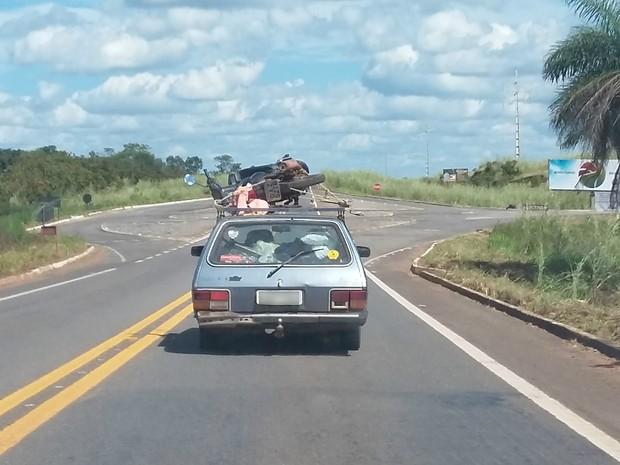 Motocicleta estava sobre estrutura metálica e presa por uma corda (Foto: Hugo Padilha de Menezes/VC no G1)