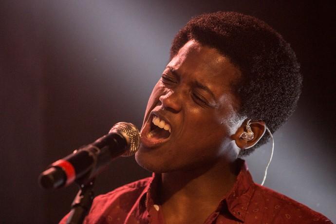 Maicon Rodrigues solta a voz como JF (Foto: Fábio Rocha / Gshow)