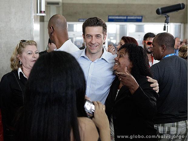 Que sucesso, Ricardo! Alexandre é assediado pelo público (Foto: Salve Jorge/TV Globo)