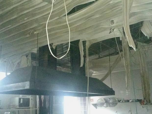 Teto de restaurante do Gama derrete após incêndio (Foto: CBMDF/Divulgação)