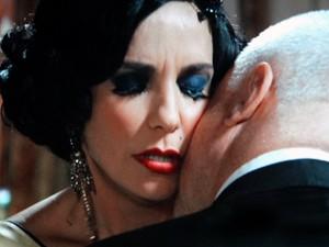 Os amantes do passado trocam carícias (Foto: Gabriela / TV Globo)