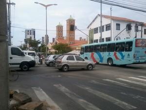 Trãnsito ficou caótico em um dos principais cruzamentos de Fortaleza na Av. Desembargador Moreira (Foto: TV Verdes Mares/Reprodução)