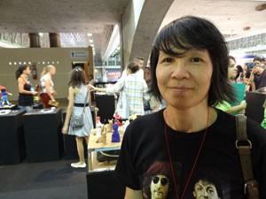 Visitante da Fenearte indica exposições (Foto: Luna Markman/G1)