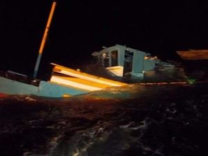 Naufrágio de barco de pesca no litoral Sul após colisão com rebocador  (Foto: Eliario Leal/ Foto Leitor A Gazeta)