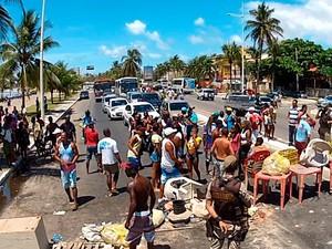 Trânsito está congestionado na região (Foto: Imagens/TV Bahia)