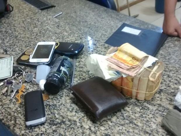 Além da drogas, foram apreendidos quase R$ 6,2 mil na ocorrência (Foto: Polícia Militar/Divulgação)