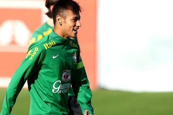 Neymar no treino da Seleção Brasileira (Foto: Mowa Pres)