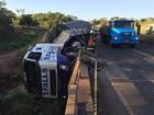 Caminhão tomba em ponte sobre o Rio Santo Anastácio e óleo vaza