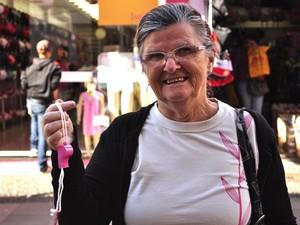 Neuza Merlo, 68 anos, recebe apito de campanha contra assédio de mulheres em Campinas (Foto: Lucas Jerônimo/G1)