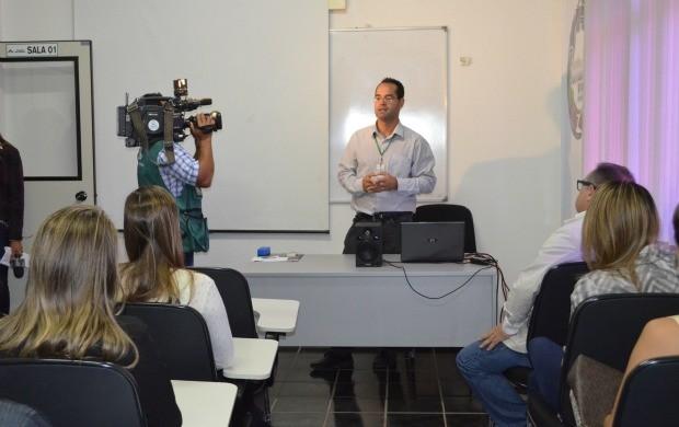 O gerente de jornalismo, Jefson Dourado, apresentou os novos programas para os públicitários. (Foto: Tácita Muniz)