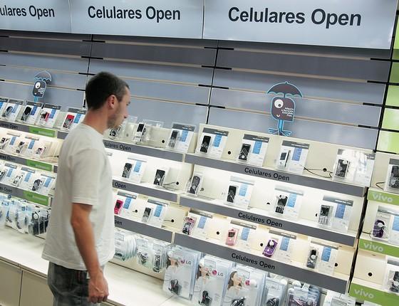 ESCOLHA Consumidor numa loja de celulares.  A votação popular premiará as empresas que atendem melhor (Foto: Márcio Fernandes/Estadão Conteúdo)