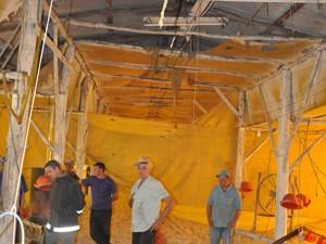 Chamas destruiram parte da cobertura de estrutura (Foto: Carlos Dickow, divulgação/Folha do Mate)