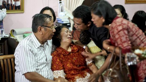 Familiares dos passageiros desaparecidos foram orientados a se preparar para o pior (Foto: AP)