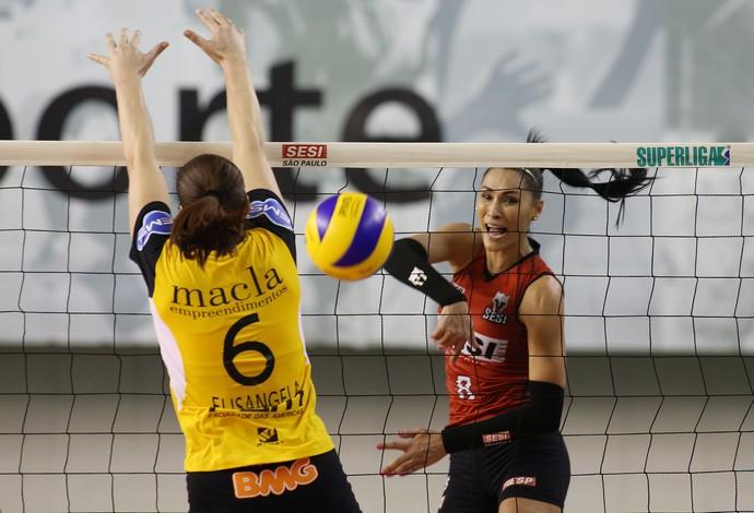 Jacqueline ataca para marcar mais um ponto contra São Bernardo (Foto: Eduardo Viana/CBV)