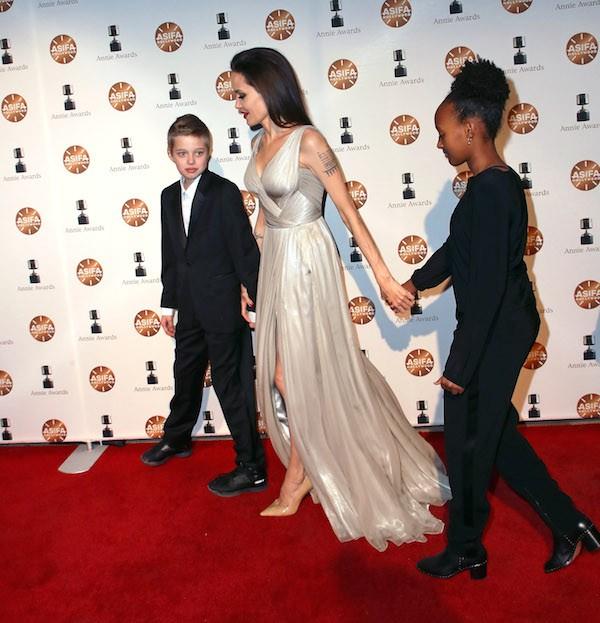 A atriz Angelina Jolie na companhia das filhas Shiloh Nouvel Jolie-Pitt e Zahara Marley Jolie-Pitt (Foto: Getty Images)