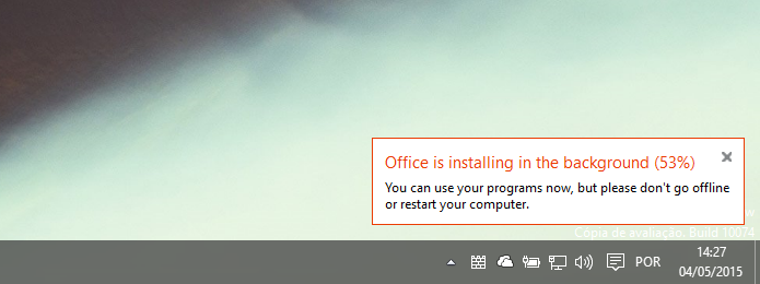 Acompanhando o progresso de download e instalação do Office (Foto: Reprodução/Helito Bijora)