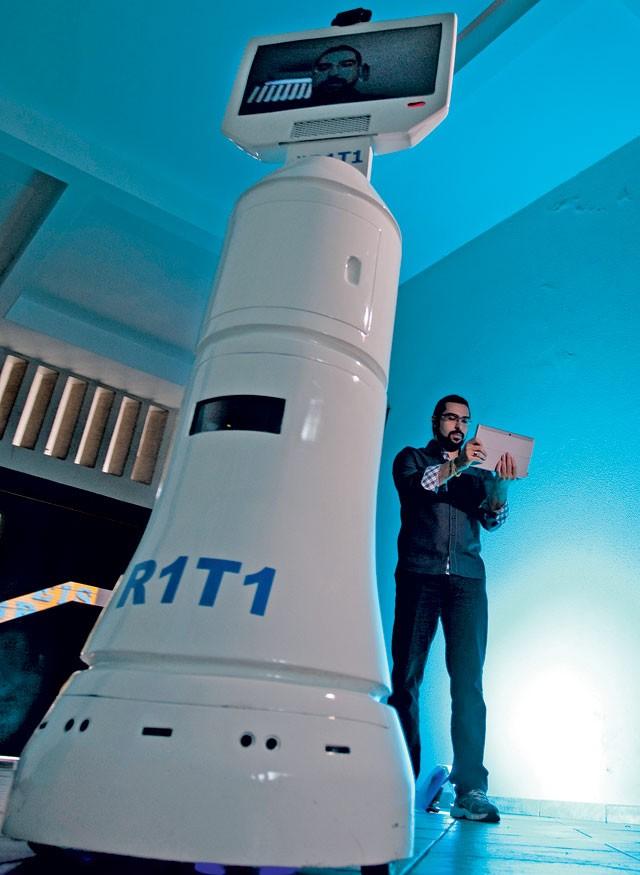 CRIADOR E CRIATURA: Dianin e o R1T1, robô de telepresença que será vendido por R$35 mil (Foto: Sérgio Ranalli/Editora Globo)