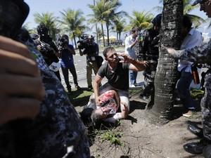 Manifestantes se ferem após início do confronto contra tropa da Força Nacional (Foto: Wilton Junior/Estadão Conteúdo)