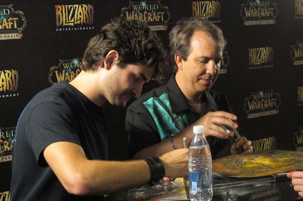 Marcio Martins, à direita, e John Hight, desenvolvedores do jogo, deram autógrafos aos fãs (Foto: Gustavo Petró/G1)