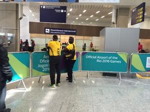 Asafa Powell barrado aeroporto galerão rio 2016 jamaica (Foto: Lucas Barros)