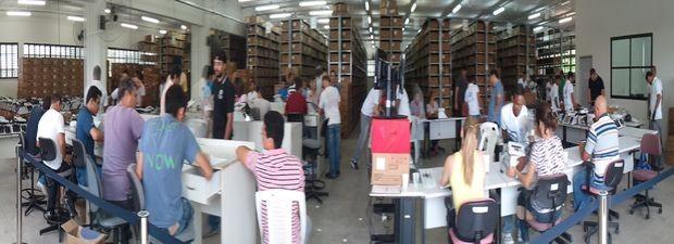 Cerca de 70 pessoas trabalham na preparação das urnas eletrônicas em Sergipe (Foto: Marina Fontenele/G1 SE)