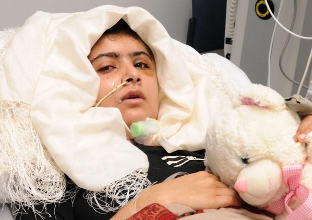 A jovem paquistanesa Malala Yousufzai em foto divulgada nesta sexta-feira (19) pelo hospital Queen Elizabeth, em Birmingham (Foto: AFP)
